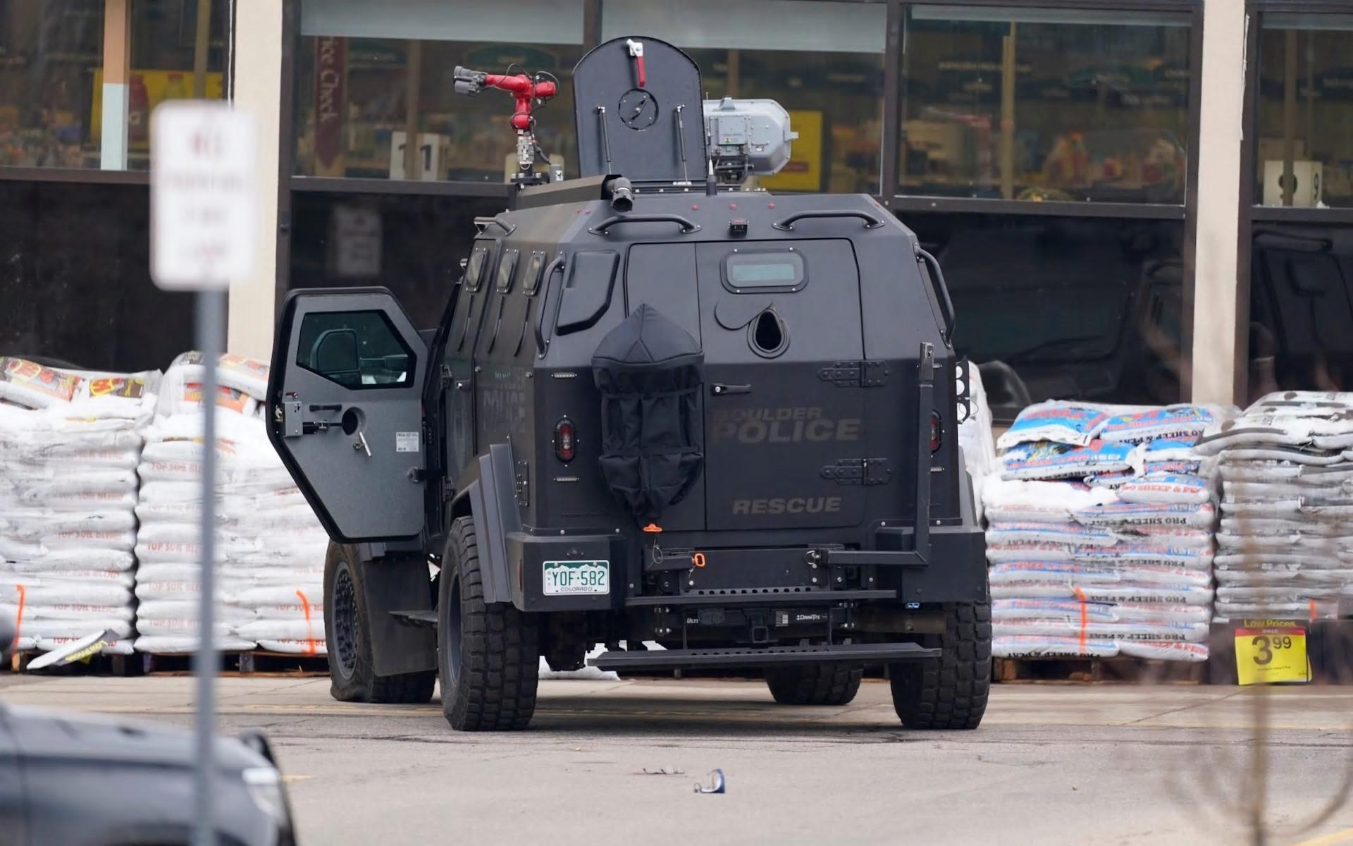 一辆卡车停在路边:装甲车参加了现场-AP