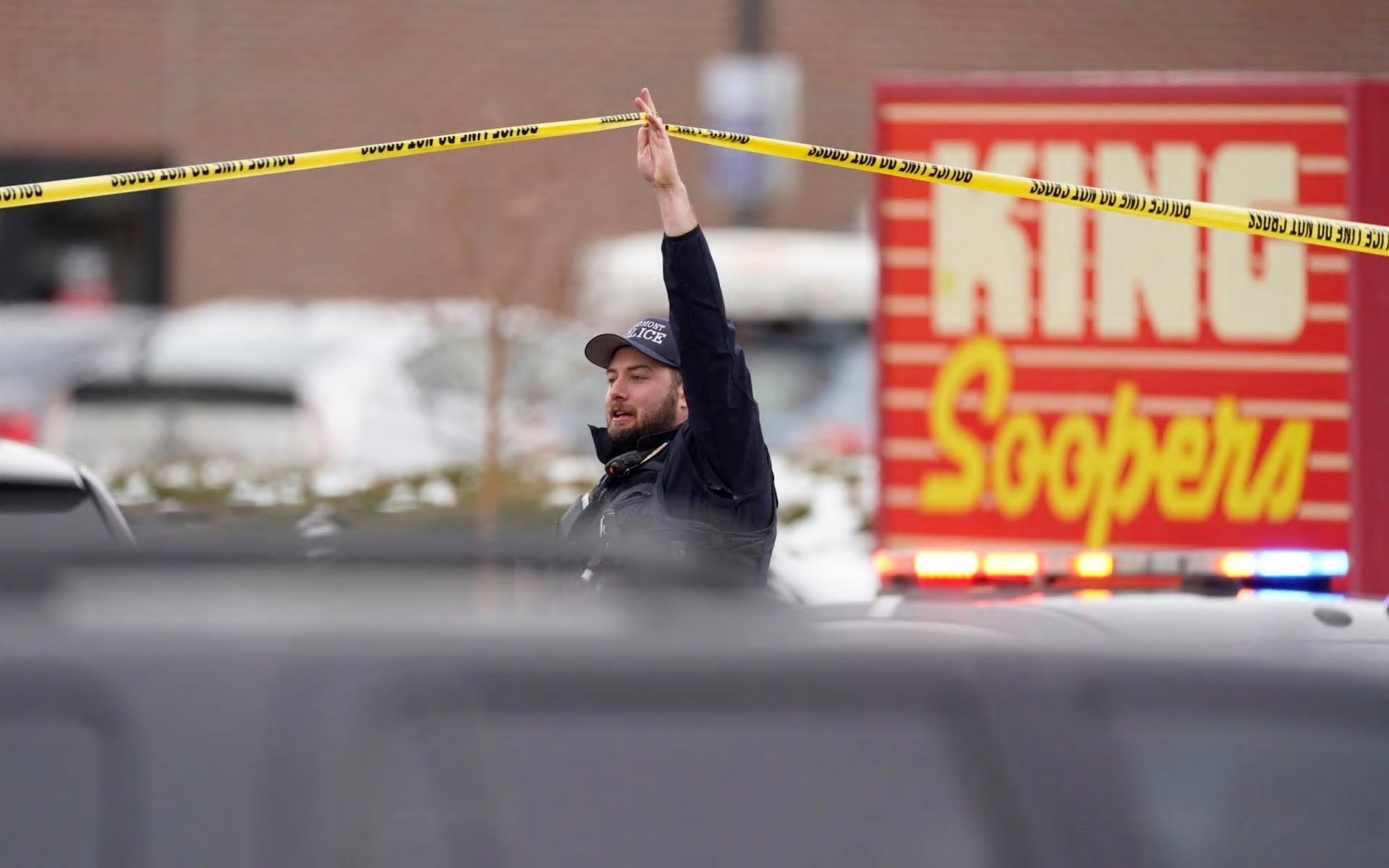 警方人员在现场证实许多人死亡的现场工作-美联社